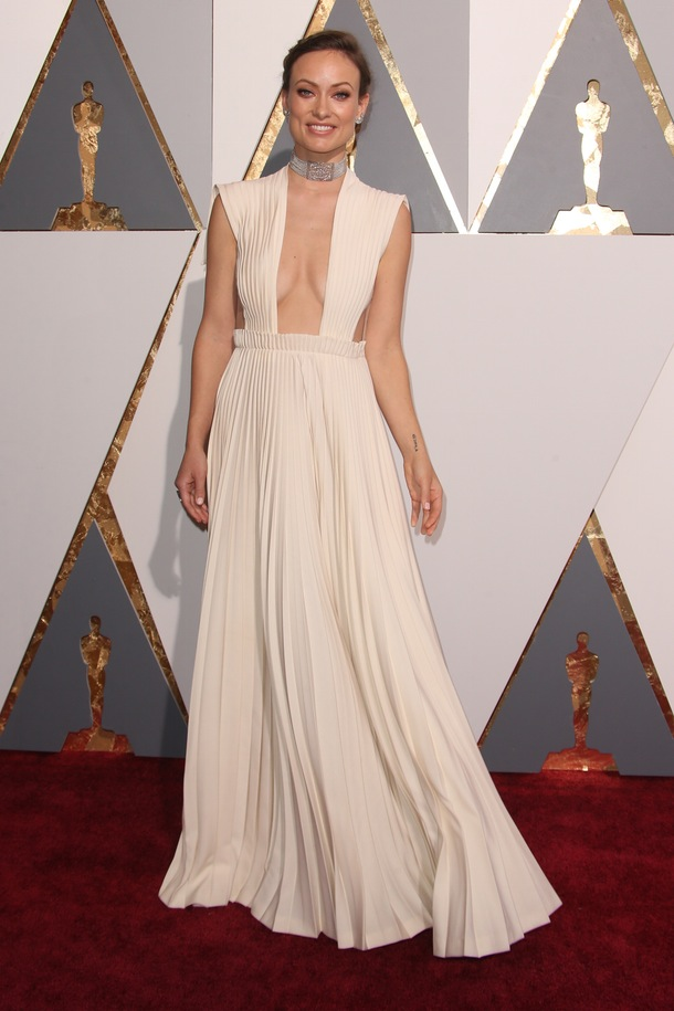 Olivia_Wilde_Valentino_Couture_Oscars_2016_a_couple_wedding_journal