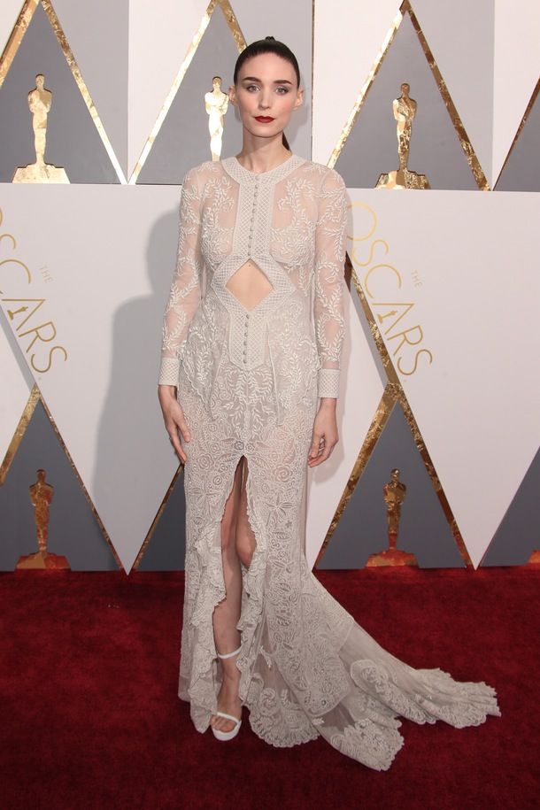 Rooney_Mara_Givenchy_Haute_Couture_Oscars_2016_a_couple_wedding_journal